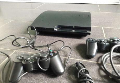 Playstation 3 et deux manettes 2