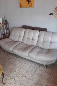 divan cuir 3 places,teinte gris clair