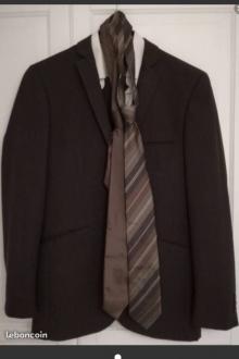 Costume plus chemise plus cravates