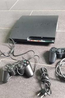 Playstation 3 et deux manettes